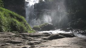 Wachirathanwaterval bij het Nationale Park van Doi Inthanon, Chiang Mai Thailand stock video