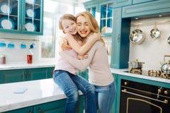 Wachsame streichelnde Mutter und Tochter Stockbild