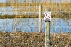 Wachsames Zeichen auf dem Zaun, Hunde auf Führungen zu halten Lizenzfreies Stockbild