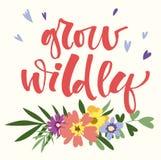 Wachsen Sie wild Handgezogenes modernes Kalligraphie-Motivationszitat im bunten Blumen- und Blattblumenstrauß der einfachen Blüte stock abbildung