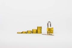 Wachsende Münzen mit Vorhängeschloß Stockfoto