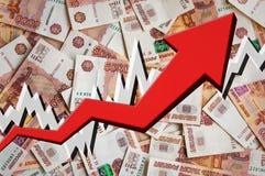Wachsender Pfeil mit Geldhintergrund der russischen Rubel Stockfotos