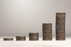 Wachsender Stapel Münzen Stockfoto