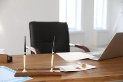 Wachsstempel, -dokumente und -laptop auf Schreibtisch lizenzfreies stockbild