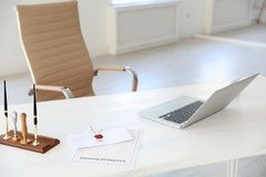 Wachsstempel, -laptop und -dokumente auf Schreibtisch lizenzfreie stockfotografie