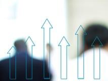 WachstumsBalkendiagramm mit unscharfen Geschäftsleuten Lizenzfreie Stockfotos