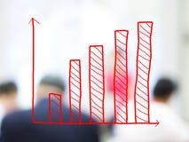 WachstumsBalkendiagramm mit unscharfen Geschäftsleuten Stockfotografie