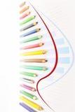 Wachstumsdiagrammdiagramm geschaffen von farbigen Bleistiften Stockbilder