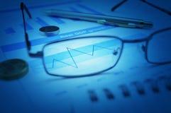 Wachstumsfinanzdiagramm mit Augengl?sern, M?nzen und Stift, Gesch?ftserfolgKonzept lizenzfreie stockfotos
