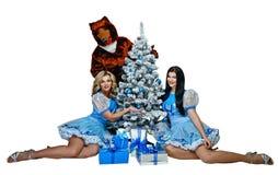 Wachstumspuppen tragen und Mädchen in den Weihnachtskostümen Stockbilder
