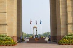 wacht bij een monument aan de verloren militairen bij Poort van India royalty-vrije stock foto