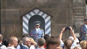 Wacht bij het kasteel van Praag, Praag stock videobeelden