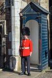 Wacht bij St James paleis in Londen Stock Foto's