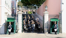 Wacht die dichtbij Presidentieel Paleis Lissabon verandert Royalty-vrije Stock Foto