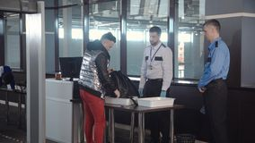 Wacht die passagierszak in luchthaven controleren stock fotografie
