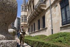 Wacht die voor Groothertogelijk Paleis in Luxemburg marcheren Royalty-vrije Stock Afbeeldingen