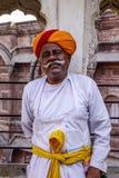 Wacht in traditioneel kostuum van oud fort stock afbeeldingen