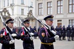 Wacht van eer van het Kasteel van Praag Stock Foto's