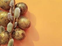 Wachtelei-Ostern-Niederlassung einer orange Konzeptdekoration der Weide Lizenzfreies Stockbild