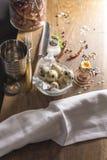 Wachtelei vereinbarte auf Holztisch mit Salz- und Pfefferpetersilienzweig Stockbilder
