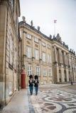 Wachten in Amalienborg Het Koninklijke huis in Kopenhagen denemarken royalty-vrije stock fotografie