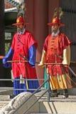 Wachten bij Gyeongbok-Paleis Seoel, Zuid-Korea Stock Afbeeldingen