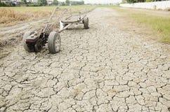 Wachten de schade oude Tractor en het Aanhangwagen slepende einde op Padiegebied s Stock Fotografie