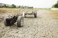 Wachten de schade oude Tractor en het Aanhangwagen slepende einde op Padiegebied s Stock Foto's