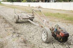 Wachten de schade oude Tractor en het Aanhangwagen slepende einde op Padiegebied s Royalty-vrije Stock Afbeeldingen