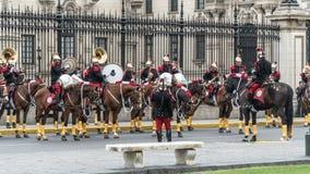 Wachten van het presidentiële paleis die een overleg in de Nationale Dag van Peru geven stock fotografie
