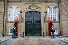 Wachten voor het huis Amalienborg van de Koningshuizenwinter kopenhagen denemarken royalty-vrije stock foto's