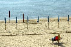Wachtend de zomer - gesloten strandparaplu's Royalty-vrije Stock Fotografie