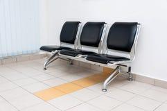Wachtend gebied leeg met stoelen Stock Foto