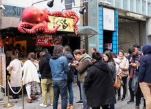 Wachtend in lijn op takoyaki, Dotombori, Osaka, Japan Stock Foto