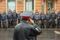 Wachtend op een bevel, Russische politie Royalty-vrije Stock Foto's