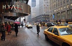 Wachtend op een taxi op de Straat van het Oosten tweeënveertigste, New York. Royalty-vrije Stock Afbeeldingen