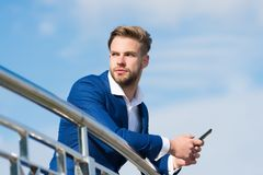 Wachtende belangrijke vraag van partner Smartphone van het zakenmangebruik voor videovraag of texting hemelachtergrond Mens in ko stock foto's