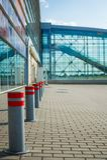 Wachtende lijnen in de luchthaven en de veiligheidspost voor passagierscontrole binnen Royalty-vrije Stock Foto's