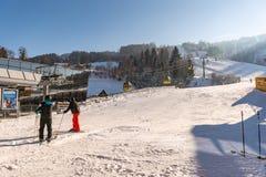 Wachtende mens dichtbij skipost Hauser Kaibling - één van de hoogste ski van Oostenrijk neemt zijn toevlucht: 44 skiliften, 123 k royalty-vrije stock fotografie