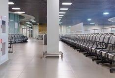Wachtende streek in een luchthaven met stoelen Stock Foto