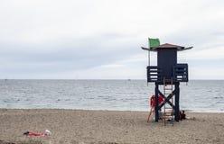Wachthuis met groene vlag van badmeesters op een Spaans strand royalty-vrije stock afbeelding