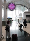 Wachttijd bij de Luchthaven van Istanboel, de belangrijkste internationale luchthaven die Istanboel, Turkije dienen royalty-vrije stock afbeelding