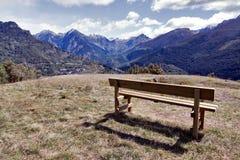 Wachttijd die de bergen zien Royalty-vrije Stock Foto's