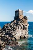 Wachturm auf einer Lavaklippe nahe Acireale Lizenzfreie Stockfotos
