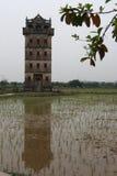 Wachturm in China auf dem Gebiet und dem umgekehrten Bild Stockbild