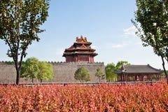 Wachturm der verbotenen Stadt im Herbst. Lizenzfreies Stockfoto