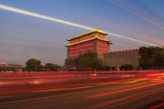 Wachturm des Desheng Gatters in Peking nachts Stockfotografie