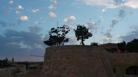 Wachturm mit Holz von Stadtverstärkungen Valletta, Malta - hyperlapse bewölkt sich stock footage