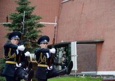 Wachwechsel der Ehre am Grab eines unbekannten Soldaten in Alexander Garden lizenzfreie stockbilder