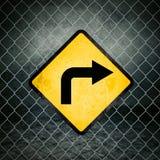 Właściwej Wskazówki Grunge Żółty znak ostrzegawczy na Chainlink ogrodzeniu Fotografia Royalty Free